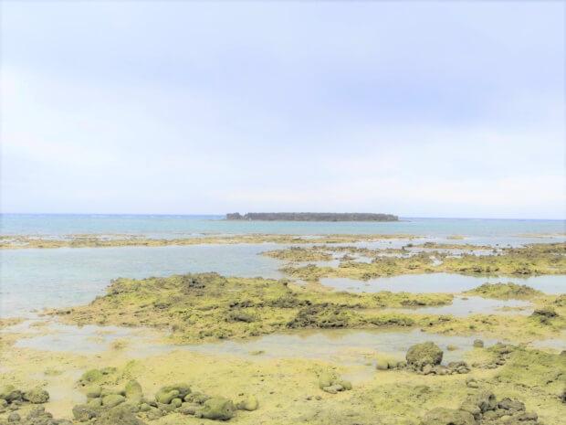 水納島の「カモメ岩ビーチ」