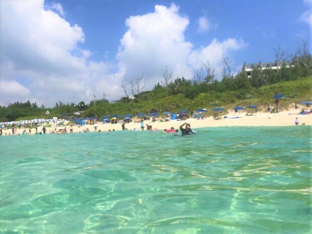 「瀬底ビーチ」でエメラルドグリーンの海を体感