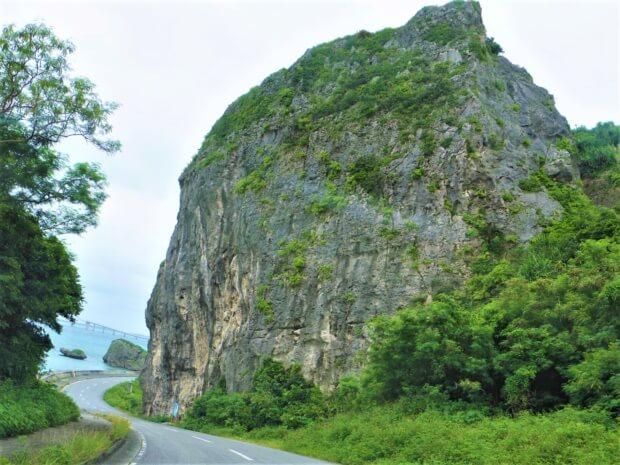 伊良部島の観光スポット「ヤマトブー大岩」