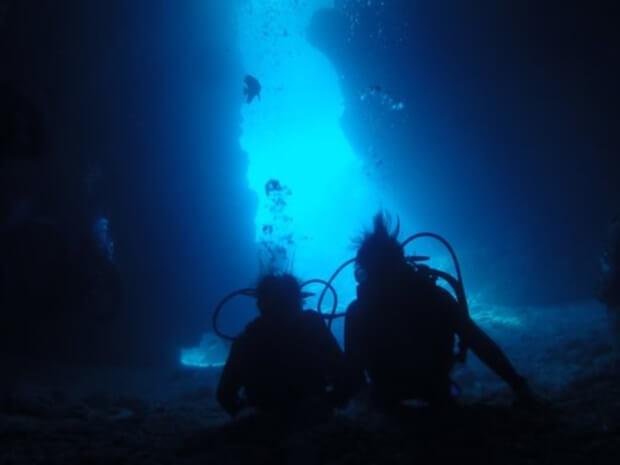 青の洞窟はどうして青い?