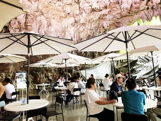 「鍾乳洞の中」の ケイブカフェ